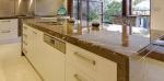 Професионална изработка на луксозни кухненски плотове от травертин